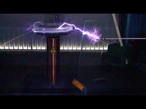 Tesla Entladungen durch Glasplatte - Tesla Coil discharge through glass plate